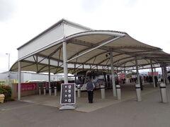 トラムの乗り場は↑のすぐ隣。立っている駅員さんからチケット購入(6ポンド)