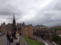 お城の前まで来て入場料の高さと、並んでいる観光客に多さに驚きUターン、お城の南側撮ってみました。今にも雨が降りそう。。。
