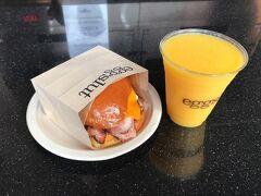 ベーコン何とかとオレンジジュースを注文。13ドル日本円で1,476円。高!と思ったんですけど、後に教えてもらったのですが、日本の食べ物の安さが異常なのだそう、価格競争のせいらしい。肝心の味は、めっちゃ美味しい!オレンジジュースも今まで飲んだオレンジジュースで一番美味しかったです(超空腹だったということもあったかも)。朝ダウンタウンに来る際は是非ここへくるべきです。僕はグランドセントラルマーケットがオープンする8時丁度ぐらいにいったので混んではなかったのですが,10時前ぐらいに前を通ると行列ができていたので行くなら早い時間の方がいいと思います。