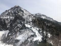 右側に見える権現岳を目指します。