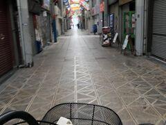 チャリも無料の安宿も数軒あるけどここも やったね ではでは、今日は西成、大正区ツアー 動物園前一番街から ここからは初めてくるとちょっとビビるかもの(笑) 観光客の方は限りなくゼロの世界