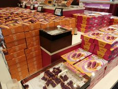 紅いもタルトの「御菓子御殿」は、どこの店より試食がいっぱい。 甘いから、そんなに食べられないけど。
