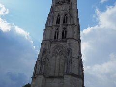 という訳でトラムに乗ってHotel de Ville駅へ。 目の前にあるのはPey Berland Tower。サンタンドレ大聖堂の隣にある鐘楼。 オープン直後の10時過ぎ頃に行ったが、5名ほどの入場待ちが出来ていた。