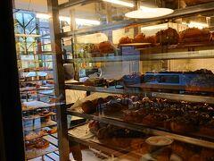ホテルの部屋にもパンの美味しそうな香りが漂ってきて、空腹に刺激になります。1階に併設されているバルアルドというベーカリーで朝食です。こちらはパン工房です。