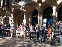 世界遺産カサ・バトリョの入口に行列が出来ています。入場チケットは、事前にネットで購入しました。25ユーロです。 受付では音声ガイドの携帯端末とヘッドフォンが渡されます。