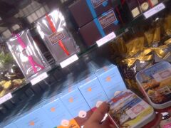 結果、自分の行った中で良かった土産物店は、先程のLa Cite du Vinのショップと、Saint-Jean駅の地下1階にある土産物店だった。 ボルドーの絵柄が描かれたキャンディーなど購入。