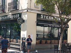 ホテルの近くまで戻り夕食を取ります。ステーキバーガーという店に入ります。