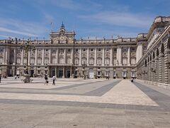 マドリード王宮に来ました。入場チケットは、事前にネットで購入しました。13ユーロです。こちらはアルマス広場から見た王宮の正面です。