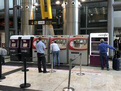 マドリードのバラハス空港から、renfe(国鉄)でホテルの最寄り駅であるアトーチャ駅へ向かいます。 券売機でチケット買うの戸惑っていたら、地元の方が助けてくれました。