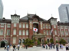 東京駅 赤レンガ駅舎  修学旅行生のグループに記念撮影を頼まれました。男子は恥ずかしがり、女子が頼みに来ました。