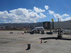クスコ空港到着  わぁ~~~~、空が、雲が・・・・ 空気が冷たく、薄い?・・・・認識できない 日差しが強い