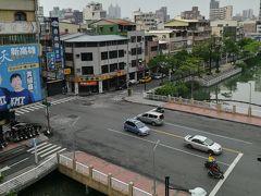 5月23日 木曜日、2日目 曇天 朝6時前に目覚める。ホテルの部屋は5階、窓から外を見ると眼下には運河。
