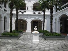 中庭にラッフルズさんの像。 白亜の壁が、眩しいほど白い。