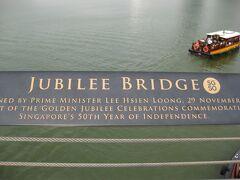 ジュビリー橋を渡って、マーライオンまで歩きます。 暑いっ!日傘必要(×0×;