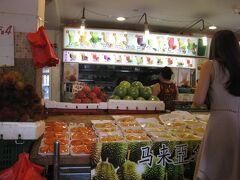 チャイナタウンで下車。 間違えて、C出口に出てしまった。 駅前に果物屋さんが軒を連ねてた。