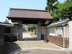 心月院、慶安寺、清徳寺の裏側が西方寺の広大な墓所になっています。 西方寺の山門までは塀伝いにちょっと歩きます。