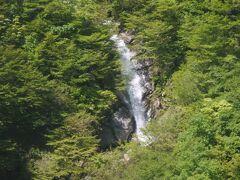 谷川岳に到着。 ロープウェイで中腹目指します。ここは天神平スキー場があるので知っていました。11月~GWまで営業しているスキー場です。雪解け水が滝になっています。