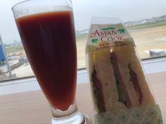 JALサクララウンジでトマトジュースで サンドイッチを頂きました