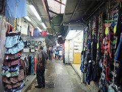 道なりに進むと、スタンレーマーケットへ。狭い路地の左右にお店があるんだけど、特に心は擽られない…。それより、