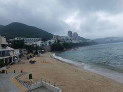 それから歩いて、メインビーチへ。地図で見てた時は結構あるのかな? と思ってたけど歩いて5分くらい。 あーーー晴れてたらなーーーーーー! しかし果敢にも泳いでる白人夫妻がいらっしゃいました。
