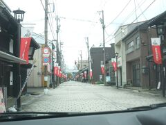 続いてやってきたところは七間通り。お城に通じる大手道と言われていた通りで、400年以上続く朝市も開催されており、様々なお店が並んでいるが、今回私たちは車で通り抜けるだけだ。