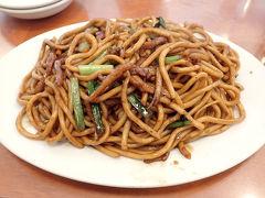 横浜中華街に移動して「萬来亭」へ。製麺所がやっているお店なので、麺がとても美味しいとの評判で気になっていたのです。  上海焼きそばをオーダー。なるほど、麺がしっかりしています。中華街ではなかなか食べられない硬さかも。甘めのソースによく絡まって美味しいっ(≧▽≦) 常連さんもこちらを注文している方が多かったです。量は多めですので、他に何か頼みつつシェアでもいいかもしれませんね。