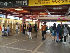 帰りの電車も心配になり早めに駅へ、ホームの手前にまたもや行列。これは太宰府駅で令和の額を持って記念撮影する列でした。
