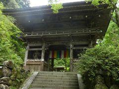 山門に到着。 すでに疲れ始めています。 ここ施福寺は西国巡礼の中で難所の1つと言われています。 山門前には杖が置いてあります。 借りて登るのもよいと思います。 階段は951段。