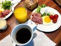 朝食は、ファーマーズマーケットで買った野菜と、玉子。 KTAで買ったハム、オレンジジュース、コナコーヒーで部屋食です。