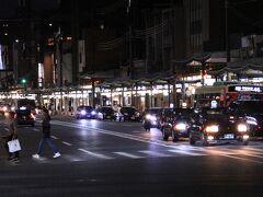 金曜の夜の19:30をまわったところ。  八坂神社前の四条通は人通りが少なくなってきていました。