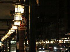 八坂神社から四条通を歩き、かの有名な祇園の「花見小路」に向かいました。。  花見小路を散策するのは彼是10回目くらいでしょうか。 でも、夜に訪れるのは初めて。しかも雨。素晴らしい「花見小路」に出会えるに違いないとワクワクしながら歩を進めました。