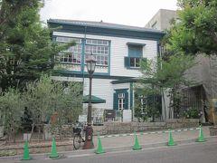 通り沿いに可愛い異人館が在りました~、 よく見るとスタバなんですね?…、「神戸北野異人館店」でお洒落!。  明治40年に建てられ木造住宅で、米国人が所有していたそうです。 その後、神戸市が管理し、民間へ譲渡されたそうです。