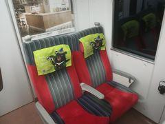 駅弁とスマホを片手にスーツケースを転がして、普悠瑪号に乗込む。結果的に台北で満席になったが、松山駅発車時点では ガラガラでした。席は非常にゆったりしていて、最後尾の座席であったので背もたれの背後にスーツケースを置けたが、成田エクスプレスのように荷物置き場もあるし、網棚にもおけるし、自席の隙間に置く事も出来た。(隣席の女性はそうしていた) 車内にはWi-Fiもあるし、リクライニングもするが、電源コンセントは無かった。