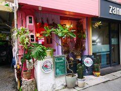 次に来たのはこのかわいらしいお店、ティーダビーチパーラー。 牧志公園沿いにあります。