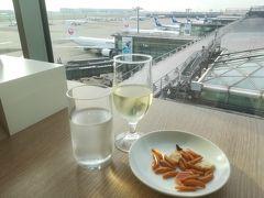 早速JALのサクララウンジで朝から泡ワイン。 この後、キャセイのラウンジへ行く予定なので、ここは軽めに。