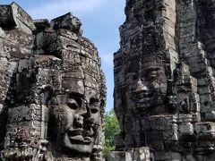 アンコールトム観光スポット2 : バイヨン  宇宙の中心と呼ばれるアンコールトム内バイヨン。観音菩薩が4つの面に彫られた4面仏、クメールの微笑みは寺院全体で100以上存在する。  出典:ベルトラ  ここでは「チュー写真」を撮ります♪(チュー写真は個人的すぎるのでアップしませんが)