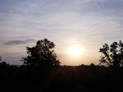 私は勝手に沈む夕日に照らされた何かの遺跡を見るのかと思っていたので、あの、夕日の方に遺跡らしきものが見当たらなくて、なんかおかしいなーと思ったら、遺跡から夕日を見る、というコンセプトでした。  なので、写真を撮るべきものは夕日というよりも、遺跡で夕日を見ている夕日に照らされた「私」を撮るべきでした・・・。  気がついたのがおそすぎで、夕日に照らされた私の写真はありません・・・。