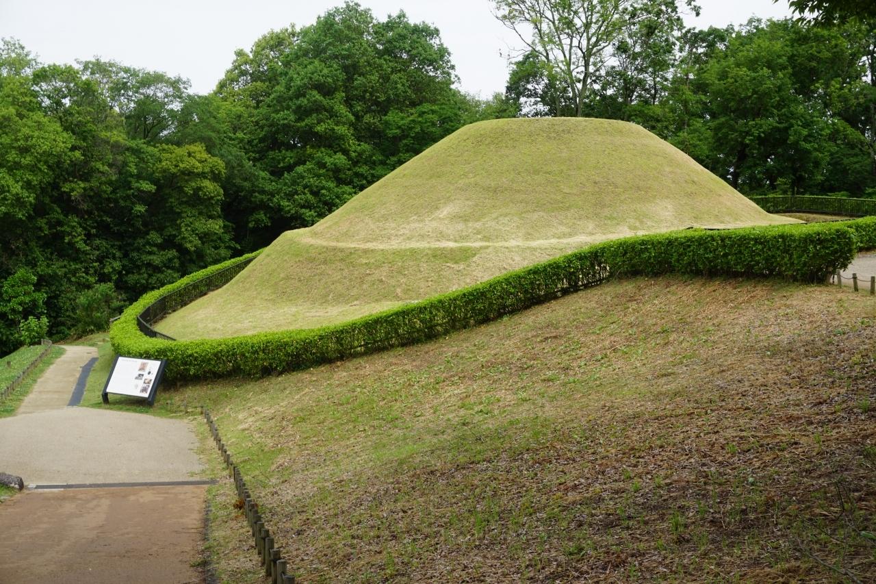"""壁画館を出て高松塚古墳へ。 日本に数ある古墳の中でもかなり有名な古墳ではないでしょうか。 現在のものは復元されたものではありますが、高さ5mにもなる二段式円墳。  披葬者は不明ではありますが、天武天皇の皇子であるとする説が有力なようですね。 高市皇子か、はたまた忍壁皇子か… お二人とも天武・持統時代に新しい国家作りに貢献した方であるのは間違いありませんし、 この美しい形や壁画を見るに、高貴な人物が葬られているというのは確かなような気が致します。   高松塚古墳の前にある""""星宿の広場""""、壁画に描かれた二十八宿がモチーフ。 渡瀬悠宇さんの漫画「ふしぎ遊戯」が丁度世代で、子供の頃から大好きだったもので、二十八宿の和名読みはバッチリです(笑)  しばし公園内を散策し、 次はすぐ裏手にある文武天皇陵へ向かいます。"""