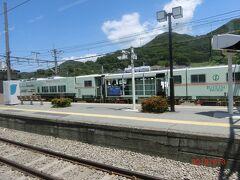 中央本線の酒折駅で通過列車待ちです。