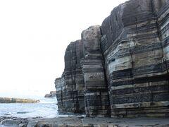 須佐湾の断崖で、縞々模様が印象的なホルンフェルス大断層。 冬だと荒波がこの縞々模様にうちつける景色がとてもダイナミックで美しいですが、今日は海も穏やか。