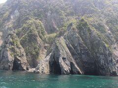 青海島は青い海とダイナミックな断崖の組み合わせの美しい島です。  ただ、失敗したのは、進行方向左側の席に座ってしまいました。 右側の席の方が島のダイナミックな断崖を楽しめたのに。