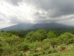 八ヶ岳を展望しながら先生の説明が続きます。 八の山を総じて八の岳が連なっている八ヶ岳。 中央の一番高いのが2899mの赤岳です。 右に横岳、硫黄岳と続き、それ以北が北八ヶ岳で、 見えているのは南八ヶ岳で、南の方がすそ野が延々と韮崎まで続き富士山の裾野より長いとのことでした。