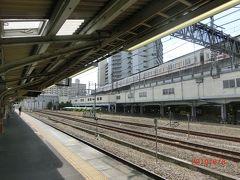 高尾から中央本線の松本行きの鈍行で酒折駅で特急の通過待ちで停車。