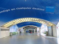 1時間30分ほどでマドリッドにあるプエルタ・デ・アトーチャ駅に到着です。 駅は大きく、通路には動く歩道があるほど広かったです。