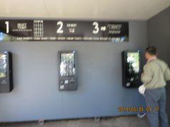 朝食を終えてホテルを出発、 クイーンストリートモールという、 ブリスベンで一番の繁華街の地下にある バスターミナルstop2Cから430番バスに乗って35分ほど、 終点Lone Pine Sanctuaryで下車。 $6,44x2人  バスを降りると正面に券売機があるので入場券を購入。 $24(65歳以上 シニア割引)x1人 $25(シニア割引+園内地図)x1人 ちなみに成人料金は$36 券売機はこの3台だけではなく、 この先の入り口辺りにも何台かありました。