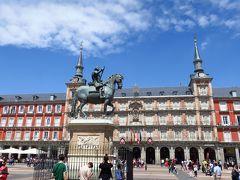王宮から東に向かうとマヨール広場に到着します。 ここにはスペイン王国の紋章やフェリペ3世の騎馬像などあり、多くの人で賑わっていました。 今は憩いの場になっているこの広場ですが、過去には祭りや闘牛、絞首刑や断首刑などが実施された事もあったとか。 いまはそんな雰囲気もなく、カフェやレストランが立ち並んでいます。
