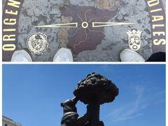 マヨール広場から歩いてプエルタ・デル・ソルへ。 ここにはスペインの真ん中0㎞地点の表示があります。 あとマドリッドの紋章を現したクマとヤマモモの像があります。