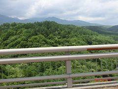 画家先生に小淵沢駅に迎えに来てもらいそばを食べた後、 八ヶ岳高原大橋を渡って野辺山高原に向かっています。 橋の上から八ヶ岳が見えた。