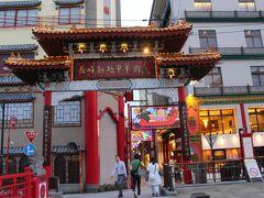 長崎新地中華街。 ホテルがこの一角にあります。 19時頃でしたが、あまり人通りがありませんでした。