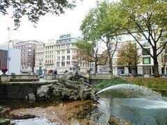 """<Duesseldorfデュッセルドルフ> 10:30~14:55 http://www.duesseldorf.de/de/  ドイツで人口の最も多い州であるノルトライン・ヴェストファーレン州の州都です。人口59万人。ドイツの重工業の中心を担うルール工業地帯の中心にあって、緑豊かな、ドイツ一の大商業都市です。 日系企業のヨーロッパ基地として、人口の1%が日本人と云う。  写真は懐かしの""""Koeケー(王様の小道)""""・ネプチューンの像"""